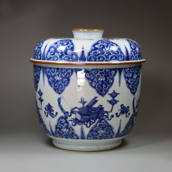 Chinese blue and white bowl and cover, Kangxi (1662-1722)