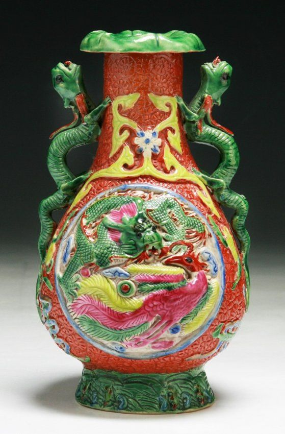 A Chinese Antique Famille Rose Porcelain Vase: of late Qing Dynasty or Minguo Period; Size: H: 7