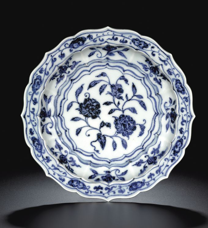 A FINE AND RARE SMALL BLUE AND WHITE BARBED DISH MING DYNASTY, YONGLE PERIOD