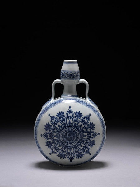 Porcelain flask decorated in underglaze blue with dragon design, China, Ming dynasty, ca. 1400-1430. © V Images.