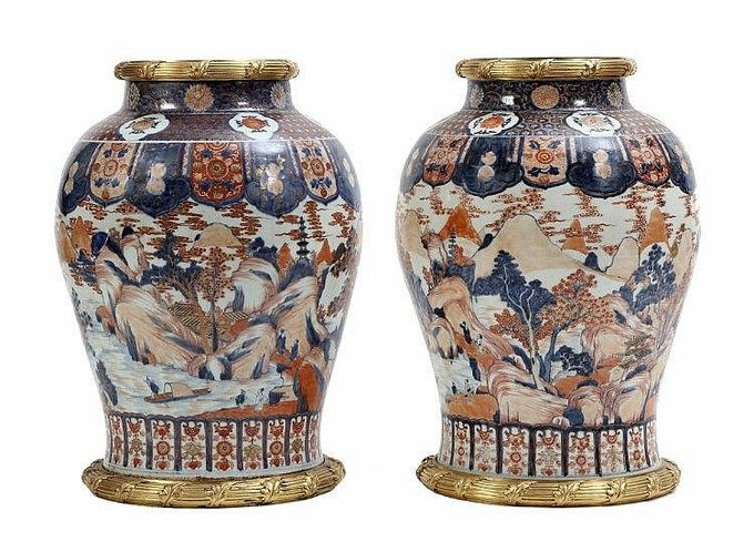 EXCEPTIONAL AND RARE PAIR OF POTS large, in export Chinese porcelain, of the Qianlong period (1735-1796), moulded, with a bulging shape and a decoration in shades of blue,