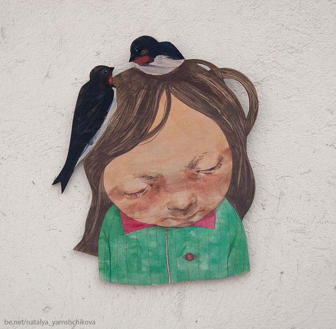 2.If you throw your cropped hair away birds will pick up it, build a nest, and give you a headache.2.Если выбросить подстриженные волосы на улицу - птицы подберут, совьют из них гнёзда и будет голова болеть.