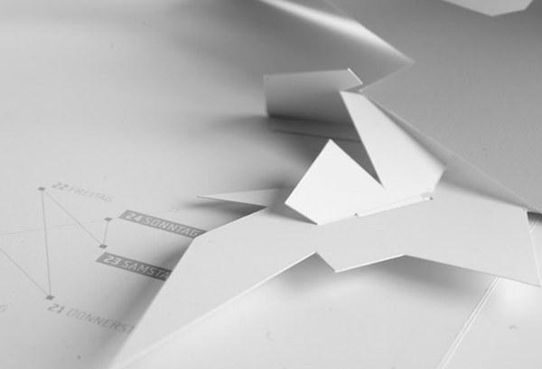 Faltjahr 2010, kein Jahresplaner und auch kein Kalender im üblichen Sinne, vielmehr zwölf DIN-A4-formatige, im aufgeklappten Zustand DIN-A3-große, aufwändig als Wandskulpturen gefertigte, Pop-up-Objekte.Jedes Monatsmotiv -als Einzelstück aufgehängt- ein ungewöhnlicher Hingucker zur anspruchsvollen Raumgestaltung.Monochrom weißes Papier in schlichter Eleganz bringt Monatsthemen in reduzierter Form zum Ausdruck. Das Faltjahr 2010 zeigt, wozu Papier fähig ist.http://www.faltjahr2010.de