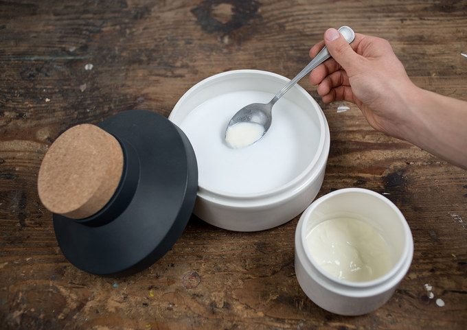 The MEJERI consists of three ceramic vessels with plastic lids and a whisk. The most important is the butter churn with the whisk. That's the heart of the set. The place where our organic butter is born.