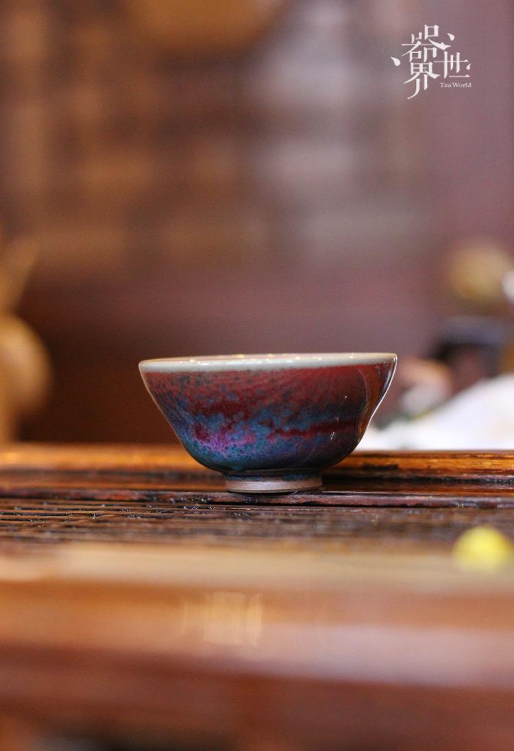 【器世界】精品钧瓷茶具  #靳林琳 钧瓷品茗杯 春节送礼佳品# 收藏品--钧瓷釉面色彩变化丰富,五彩渗透。一件瓷器釉面上同时出现多种复杂的色彩,很难用语言来形容,可谓紫中藏青、青中透红、红中寓白、白里泛蓝、蓝中有绿,各种色彩交织在一起,变化万千。富于变化,是钧瓷艺术审美的基本要素之一
