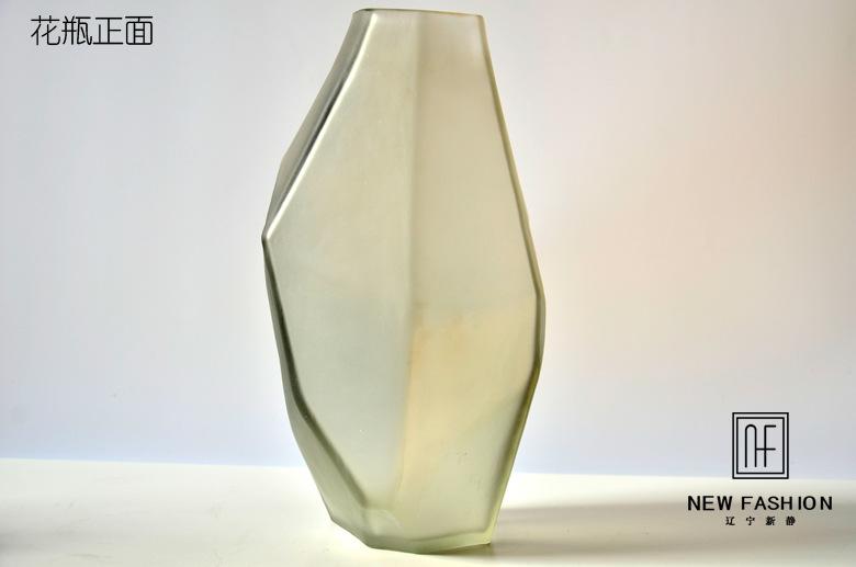 厂家直销 彩色玻璃花瓶 创意简约玻璃花瓶 冷色系简约玻璃工艺品 : 高质量低价格阿里巴巴批发采购市场厂家直销 彩色玻璃花瓶 创意简约玻璃花瓶 冷色系简约玻璃工艺品,花瓶、花盆,这里云集了众多的供应商,采购商,制造商。这是厂家直销 彩色玻璃花瓶 创意简约玻璃花瓶 冷色系简约玻璃工艺品的详细页面。材质:彩色玻璃,产品编号:SJY002,风格:简约现代,工艺:吹制,颜色:国际灰、黑,制作方法:纯手工,支持支付宝:支持,品牌:新静,是否专利货源:否,是否进口:否,尺寸:19*16*32cm 国际灰。我们还为您精选
