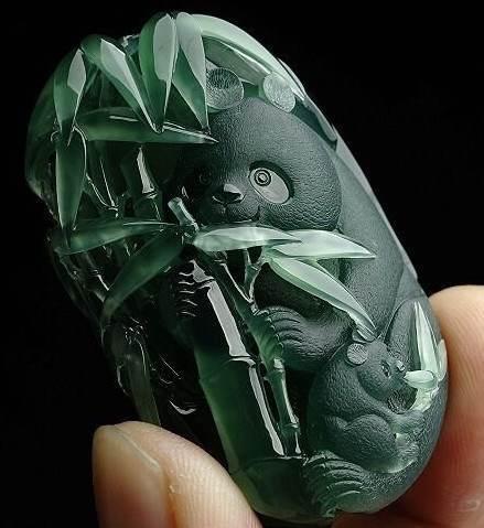 翡翠是国人喜爱的玉石,熊猫是我国的国宝之一,墨绿的翡翠被雕刻成一片青翠的叶子和一 - 一网玩天下