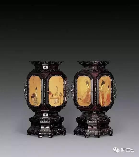 宫灯又称宫廷花灯,是中国彩灯中最富有特色的汉族传统手工艺品之一。宫灯始于东汉,盛于隋唐,具有浓厚的地方特色,它以雍容华贵、充满宫廷气派而闻名于世。由于长期为宫廷所用,除去照明外,还要配上精细复杂的装饰,以显示帝王的富贵和奢华!