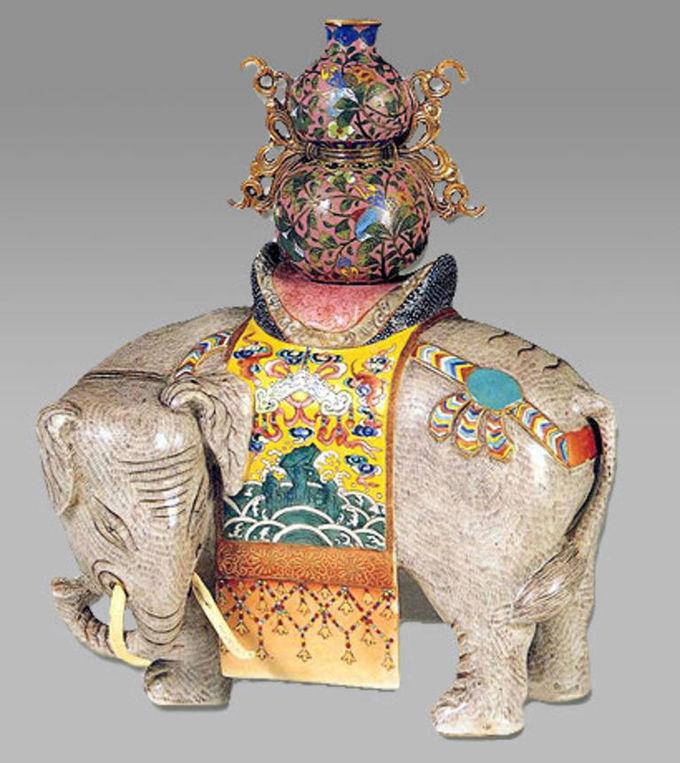 """粉彩象驮宝瓶瓷塑 清·乾隆 通高34厘米 长24.5厘米 宽17厘米 象作回首状,施米灰色釉,棕毛毕现,元宝形鞍上驮有葫芦形珐琅宝瓶。这是宫廷中常见的陈设器, 象是太平盛世的象征, 象驮宝瓶喻意""""太平有象""""。 南京博物院 #文物#"""
