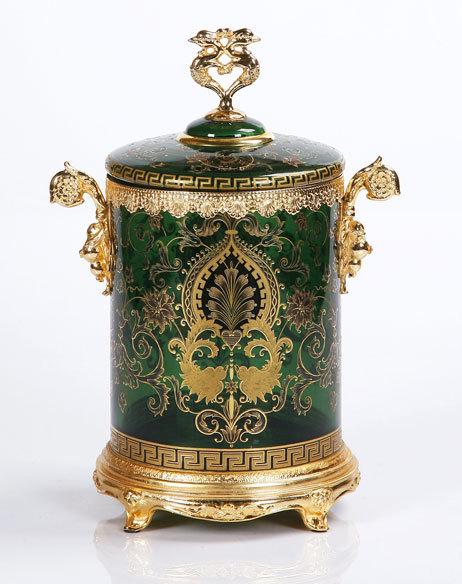 珐琅彩工艺始创于1446年的法国,设计大师们以大自然的韵律为创作灵感,加上工匠们精湛熟练的手艺雕琢出历史的绚烂。将欧洲传统珐琅彩工艺与现代设计风格结合,运用珐琅彩独有的色彩与水晶的晶莹剔透,创造出既实用又具备装饰功能的臻品,成为家居生活及装饰品的代表,演绎出现代家居生活的品位与精彩。为了保持产品的精致和品质,从构思到绘图、从雕琢到上色都要经过反复推敲,精选稳定性高的颜料,经过多次的烘烤,色彩才能呈现完美,整个制作工艺需要160道不同工序,往往一件作品必须花费数月时间才能完成。固此,历经多年,色彩,亮度仍不