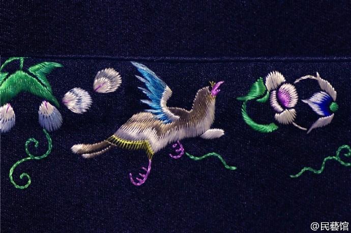 清代苏绣喜鹊闲梅图, 淡青提花缎夹袄细节图。
