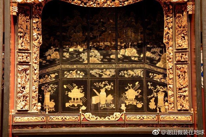 #微博公开课##花间学堂# 金漆木雕大神龛,广东省博物馆镇馆之宝之一,国家宝藏第二期的角色,一级文物。它原本是潮州一个张姓家庭所有,1889年用樟木制作,高达3.28米,是目前留下来的最大的古代潮州木雕神龛。  潮州木雕多以樟木或杉木为基本原料,加生漆和金箔。潮州木雕喜欢多层镂空,极富立体感, ...展开全文c