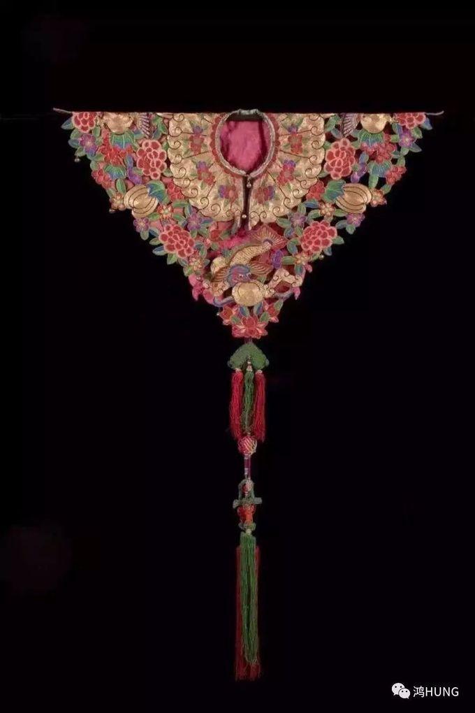 中国古代女性服饰肩上的装饰品,晔如雨后云霞映日,晴空彩虹,故称之为云肩。