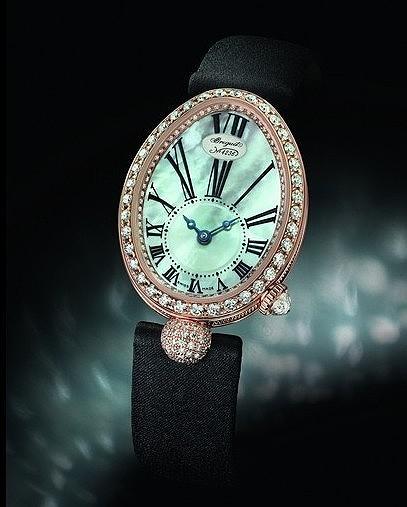 """BREGUET Reine De Naples Mini 8928 现在,称得上""""高级""""的女装表,必须是""""内外兼备""""的。例如眼前这款采用缎质表的 18K 玫瑰金椭圆形女装时计。表框、表盘及球形装饰上镶嵌着多大 139 颗钻石,总重量达到 1.32 克拉,表冠上更镶嵌着一枚带三角琢面的梨形钻石。它的内在,则是备有独立编号与宝玑签名的机械式 586 自动上链机芯;这样的女装表,才是名副其实的""""秀外慧中""""。"""