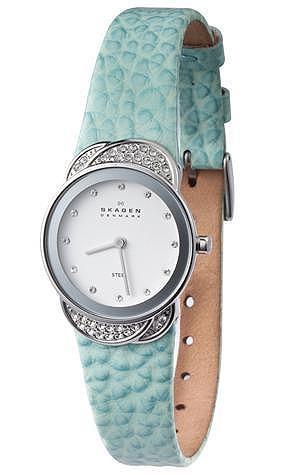 诗格恩 施华洛世奇水晶手表 从丹麦雏菊花为设计灵感的818系列,是Skagen推出的全新表款。以施华洛世奇水晶装点出雏菊花瓣的美丽意象,在简单的设计当中,展现女性柔美的气质。用花瓣作为主题是十分考验设计师功力的,因为花是如此具象,设计元素需要转换才能不失去高雅与独特的格调。Skagen将线条简化与意象化手法运用到手表设计中,得到惊人效果。