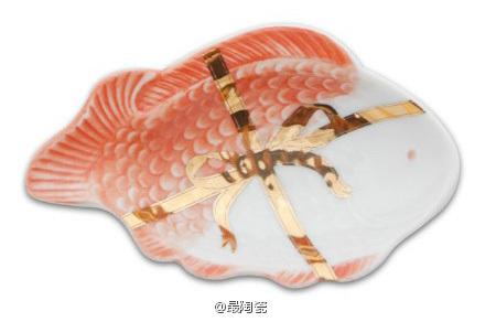 吉祥魚形皿 鱼类是日本的饮食生活中非常息息相关的食材。将其在水中活灵活现的姿态运用到了设计中,这里使用的是被称为鲷的鱼,在日本鲷也表示喜庆,是吉祥的象征。