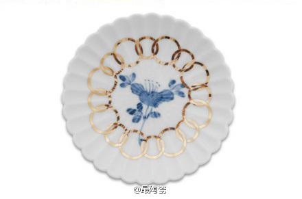 椿紋輪花 使用了32片花瓣设计出类似菊花的造型,还加上了经常在各种美术及音乐作品中使用的椿花纹。