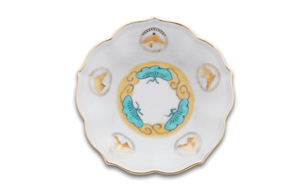 色絵五弁輪花 通过描绘松竹梅随着岁月愈来愈高大,象征着长寿与永恒。