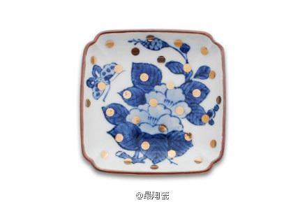 牡丹蝶文角皿 花与蝶的组合设计。这款是这个系列中唯一使用蝶-昆虫的设计。