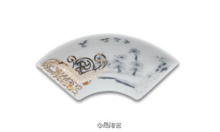 山水文扇形皿 水墨山水画的设计。小巧的器面上描写美好壮观的景色。