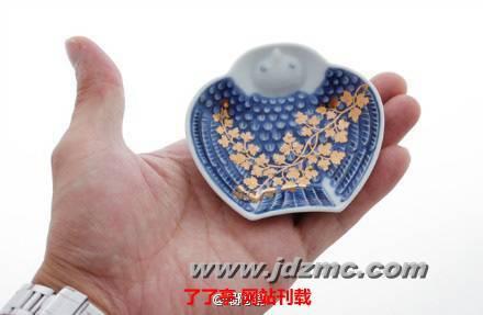脹雀形皿 设计来源于一种称为脹雀的鸟,因其能给人带来福气象征好兆头而深受喜爱。不仅可以作为餐桌上的盛器,更能让人体会到陶艺制作者的玩趣之心。