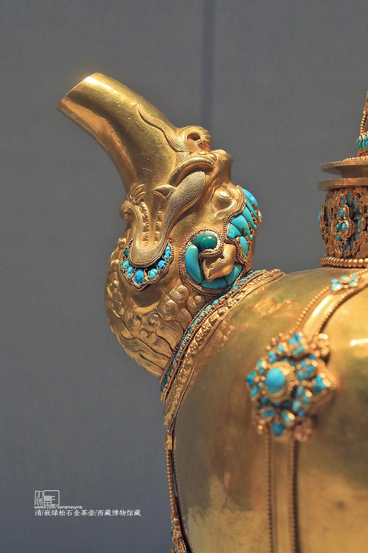 2018.7.7 北京 首都博物馆 #天路文华-西藏历史文化展# 清 嵌绿松石金茶壶 西藏博物馆藏 藏族人自幼喜喝酥油茶,因此西藏的家家户户都必备茶壶,只不过由于家庭富有程度有别材质有别罢了。这件金茶壶使用者明显非富即贵,壶嘴和壶把细节丰富,一丝不苟,建议点开大图仔细看看 