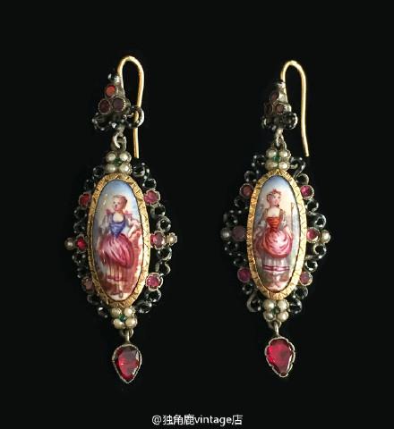 这两对来自十九世纪法国的耳环完全不同于现代的珠宝的设计和材质,无论是天然浮雕玉石还是手绘釉彩都只有在古董珠宝中才能找到,匠心独具的做工也证明了其高贵的定制品质,都是收藏级的珠宝,欲知详情请加wx:luhsiho