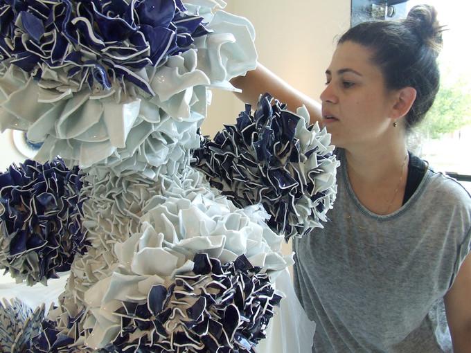 以色列艺术家Zemer Peled的陶瓷雕塑作品,数以千计的陶瓷片组合而成的花朵。