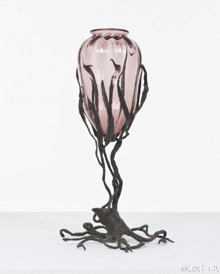 琉璃艺术|到二十世纪初,威尼斯传统的手工琉璃坊开始外聘艺术家做设计。Umberto Bellotto 的玻璃与铸铁材料结合的创意非常新颖,他的作品有些像玻璃灯,既典雅又挺拔。