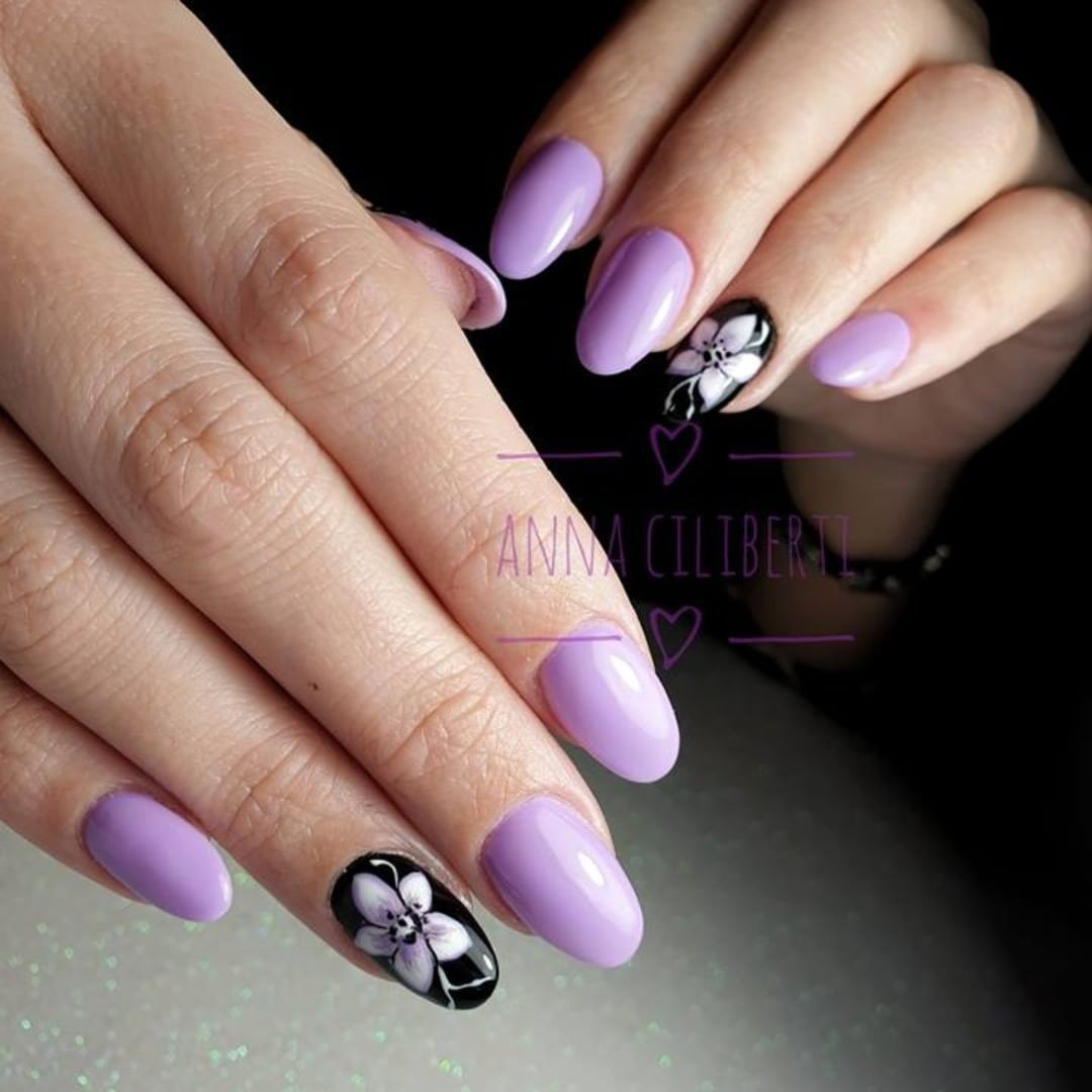 Purple and the flower are always elegant,will you like this type?Pic Via Ciliberti.flowernails