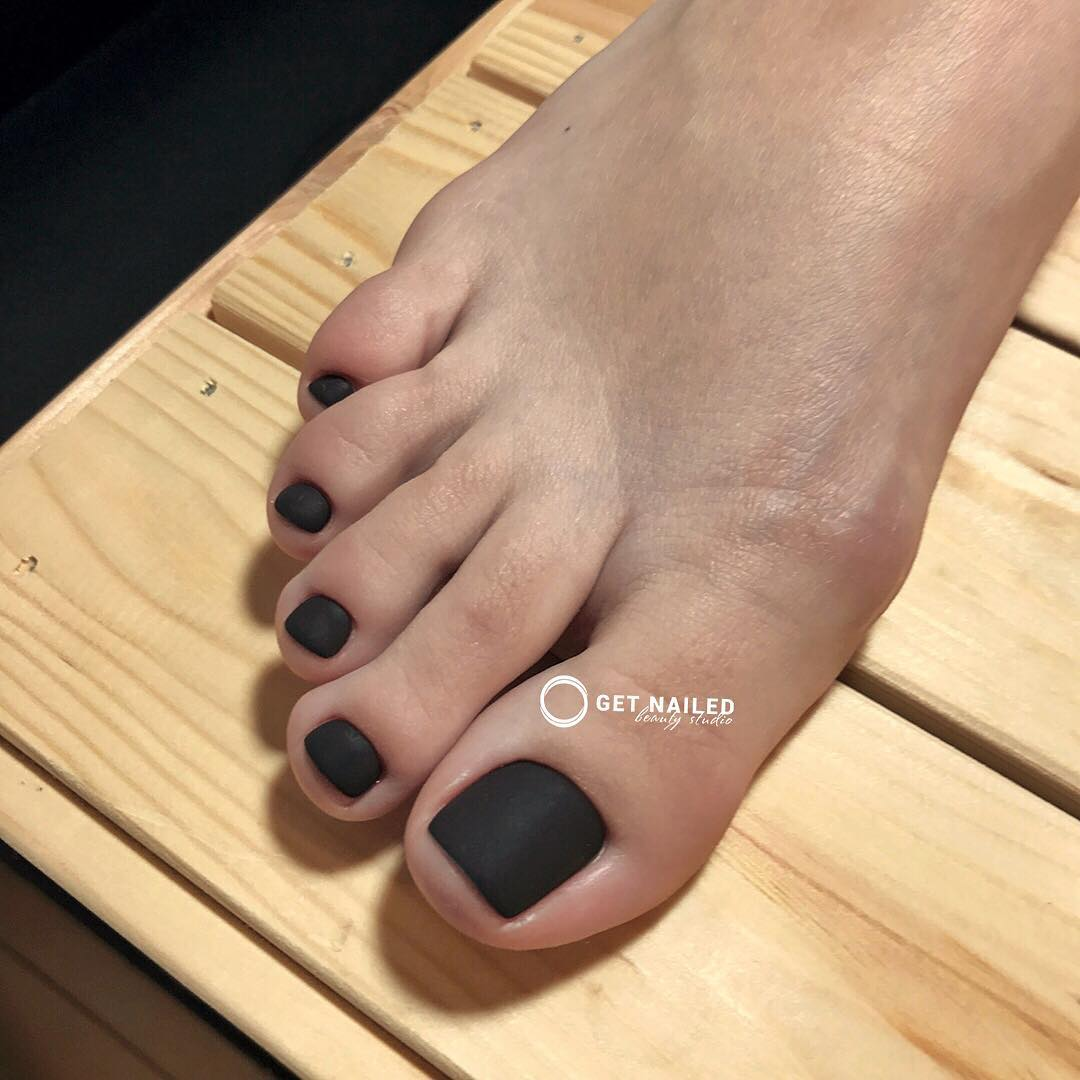 Classic black matte Pedicure done by Karina You can book your appointment on getnailed.co, through DM, WhatsApp +34 680 576 151 or simply by leaving a comment ..luxiogel