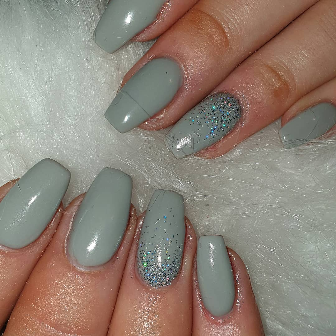 Such a simple yet beautiful grey set ....acrylicdesigns  silverglitternails