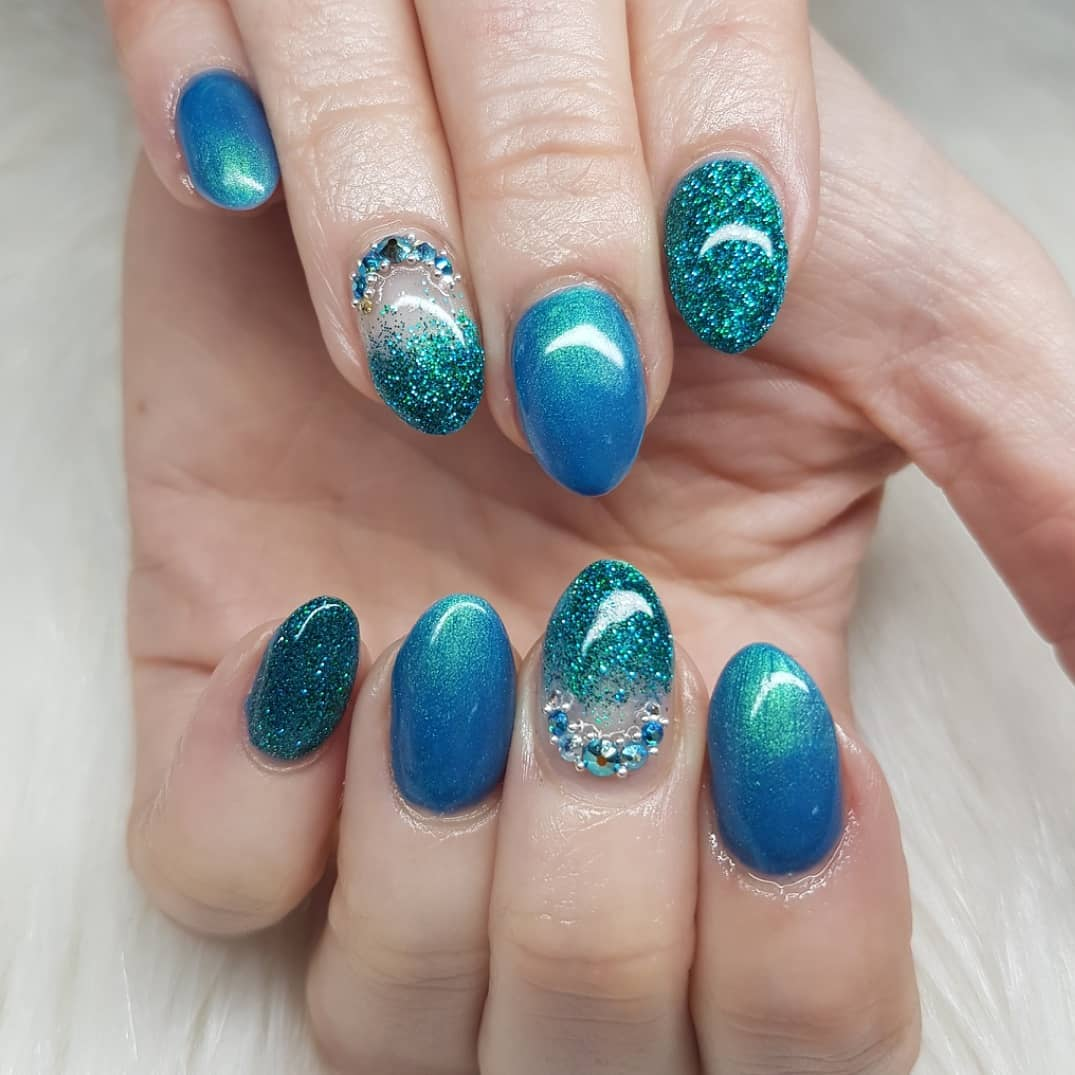 Today it's Mother's Day in Sweden and what fits better to post than my moms new nails.Not many people here on Instagram knows but the past couple of years have been tough for me. Luckily my mom supported me through every step of the way. Becoming a nail tech was just a fun idea that I never thought were possible, especially in the state I was in, but she believed in me and made it happen. In other words - I would not have gotten this far without her. There were not many people around me who thought being a nail tech was a good idea, but she never questioned it. So thank you mom for always being there when others doubted Nails made with productsFrom Products used: Mermaid In The Shade Peacocknailsofinstagram