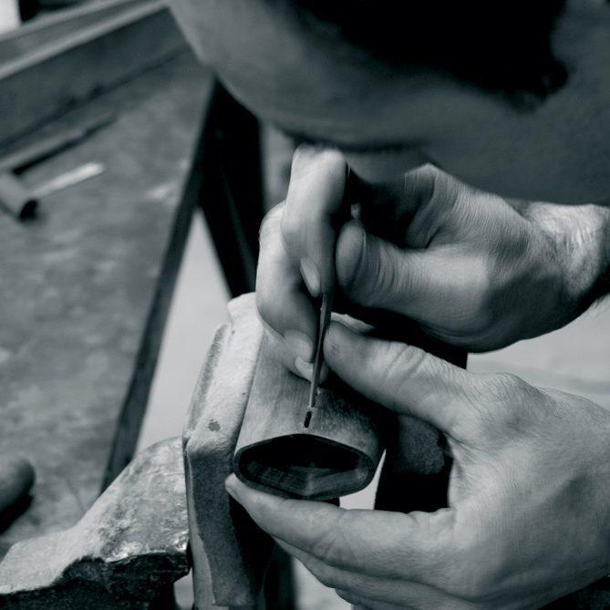 F.Light pour la manufacture Verney-Carron et la Biennale Internationale de design de St Etienne. Un luminaire en noyer, mobile et autonome  partir des savoir-faire artisanaux du fusilmadeInFrance