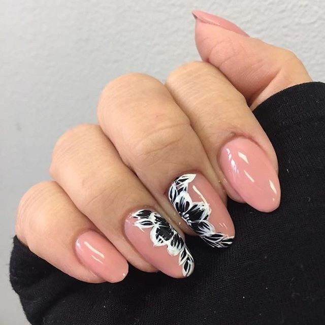We cant help but to think that this floral manicure may be the perfect floral to transition into summer. Thoughts? Nail art by using Nude Knickers.